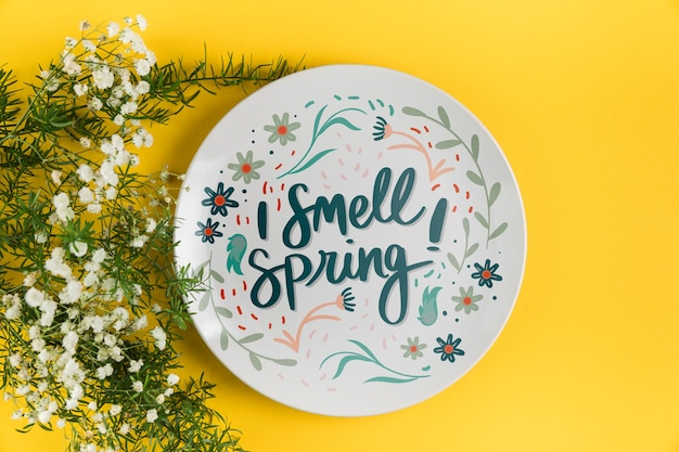 Flat lay plate mockup with spring concept Free Psd