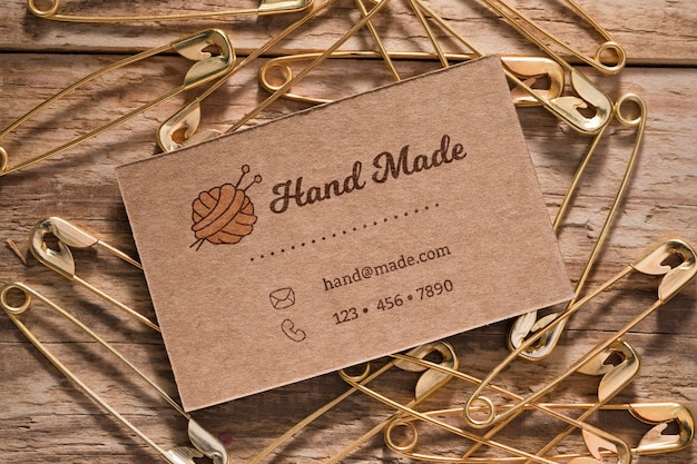 Flat lay safety pins on wooden background Free Psd