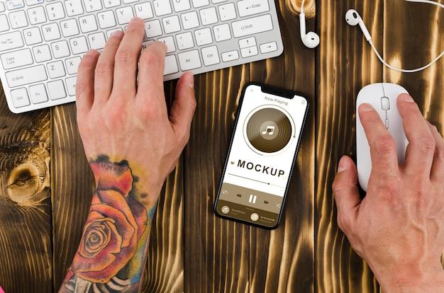 キーボードを使用して机の上にフラットレイアウトのスマートフォンのモックアップ 無料 Psd