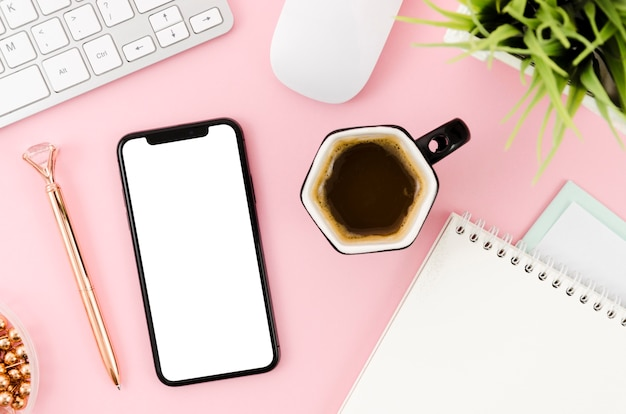 Flat lay smartphone mock-up with clipboard and coffee Free Psd