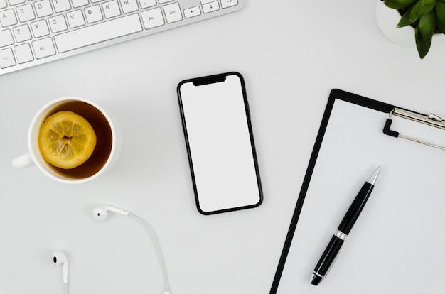 クリップボード付きフラットレイスマートフォンのモックアップ Premium Psd