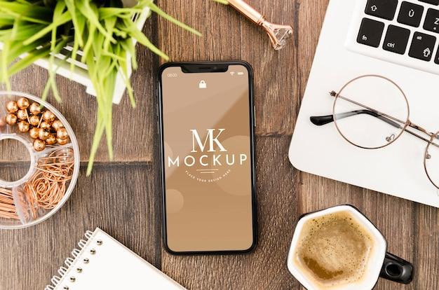 Mock-up di smartphone piatto con laptop e occhiali Psd Gratuite