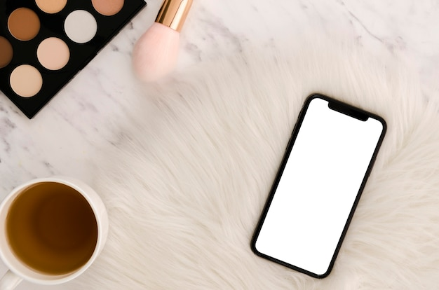 Flat lay smartphone mock-up with make-up palette Free Psd