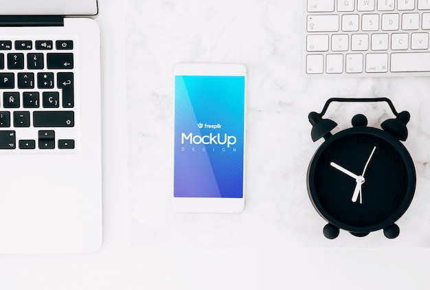 Flat lay smartphone mockup on workspace Free Psd