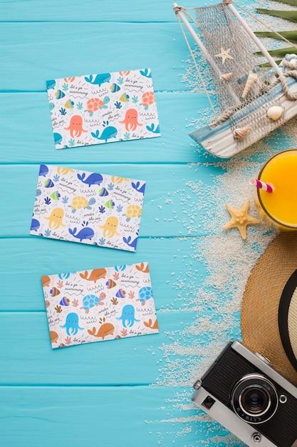 モックアップとテーブルにフラットレイアウト夏カード 無料 Psd