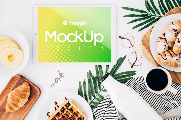 Flat lay tablet mockup on desk with breakfast Free Psd