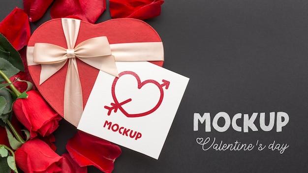 Caramelle e rose piatte di san valentino con lettera mock-up Psd Gratuite