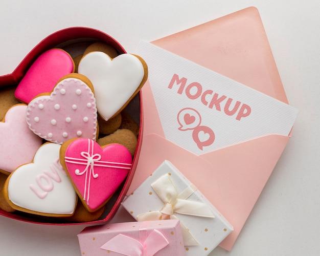 Плоское печенье на день святого валентина с макетом письма Бесплатные Psd