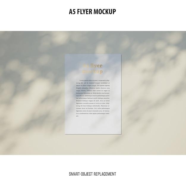 Flyer mockup in un desktop Psd Gratuite