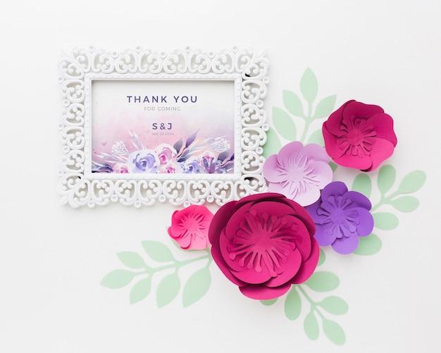 白い背景の上の紙の花とフレームのモックアップ 無料 Psd