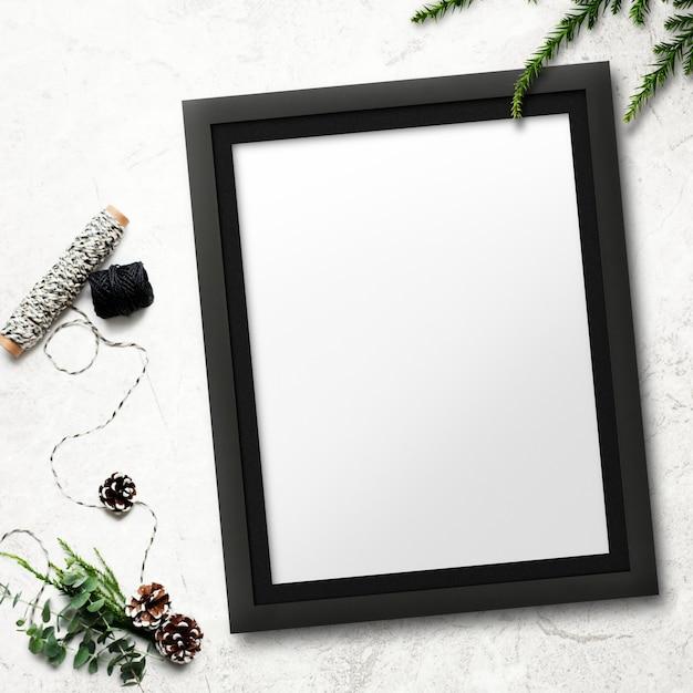 Mockup di cornice con decorazioni natalizie su sfondo macchiato Psd Gratuite