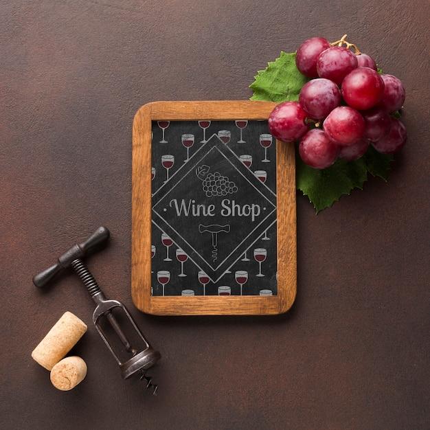 Рамка с органическим виноградом и штопором рядом Бесплатные Psd