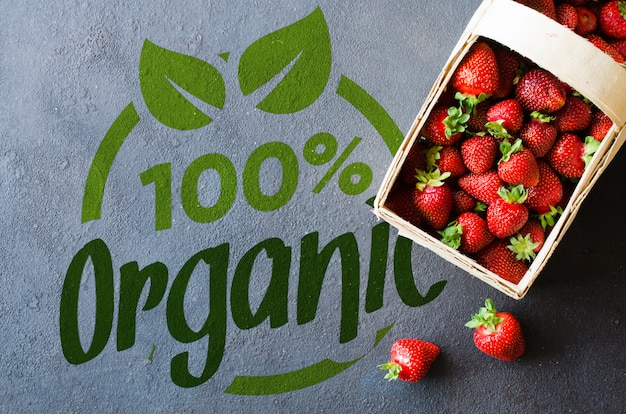 暗い背景に木製バスケットで新鮮な熟したイチゴ。有機のジューシーなベリー。 Premium Psd