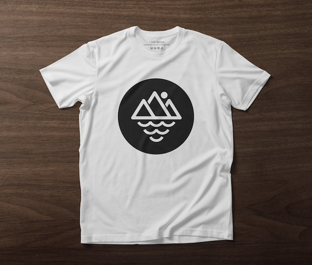 Front side of t-shirt mockup template on wooden table Premium Psd