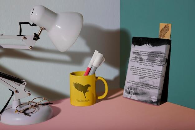 책과 램프의 전면 배치 무료 PSD 파일