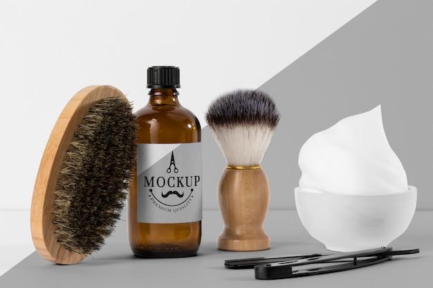 Vista frontale di articoli da barbiere con pennello e forbici Psd Gratuite