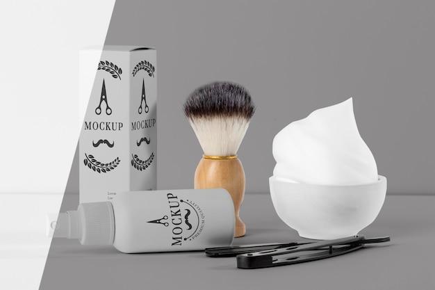 Vista frontale di articoli da barbiere con forbici e pennello Psd Gratuite