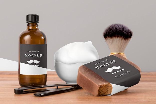 Vista frontale dei prodotti da barbiere con pennello e sapone Psd Gratuite
