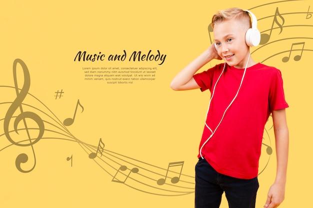 Vista frontale del bambino che ascolta la musica sulle cuffie Psd Gratuite