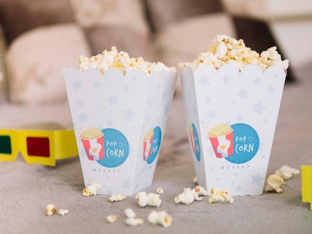Vista frontale di bicchieri da cinema e tazze di popcorn Psd Gratuite