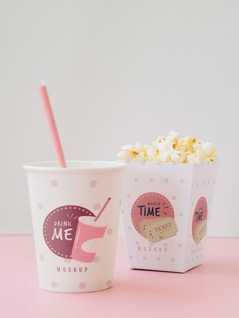 Vista frontale di tazze con popcorn e soda per il cinema Psd Gratuite