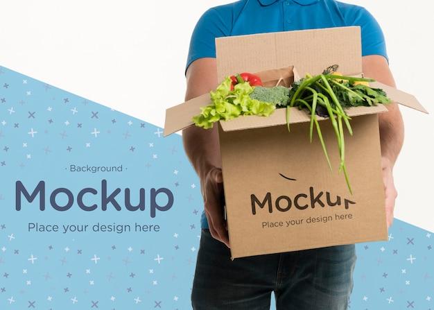 さまざまな野菜の箱を持って正面配達人 無料 Psd