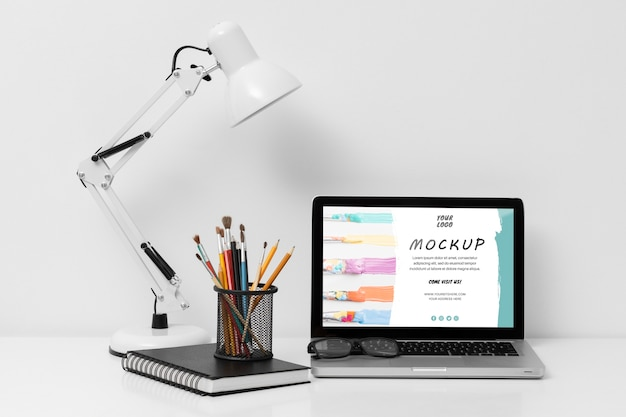 Vista frontale del mock-up del concetto di scrivania Psd Gratuite