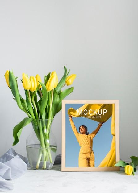 Vista frontale del telaio con bouquet di tulipani in vaso Psd Gratuite