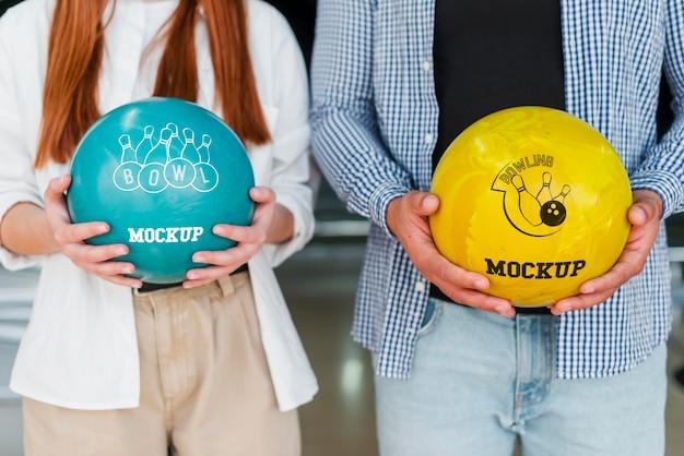 Vista frontale dell'uomo e della donna che tengono le palle da bowling Psd Gratuite