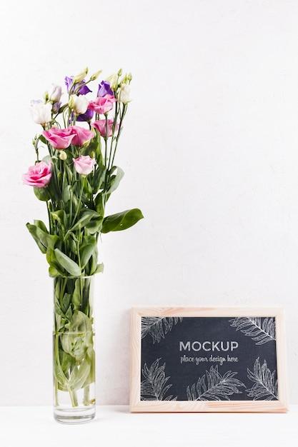Вид спереди макета рамы с вазой с цветами Бесплатные Psd