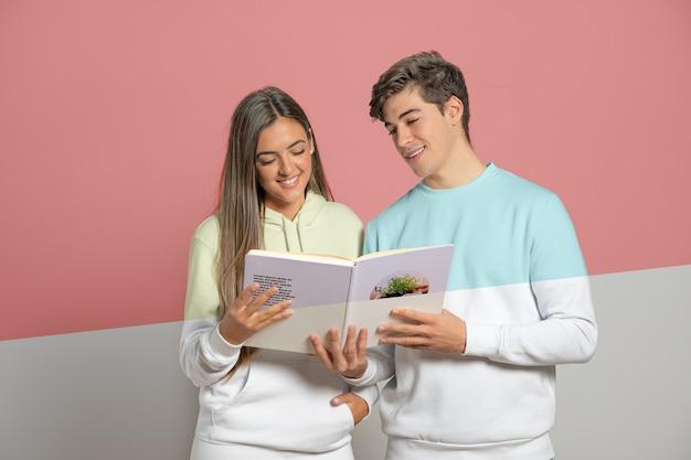남자와여자가 책을 들고의 전면 모습 무료 PSD 파일