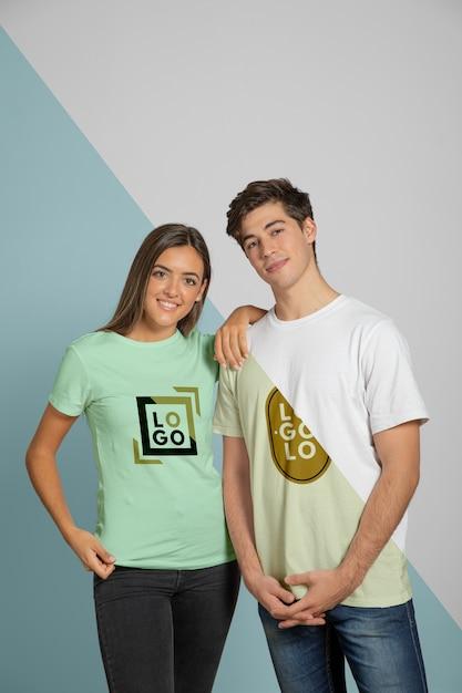 남자와 여자 티셔츠에 포즈의 전면보기 무료 PSD 파일