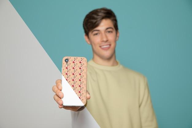 スマートフォンを抱きかかえたの正面図 無料 Psd