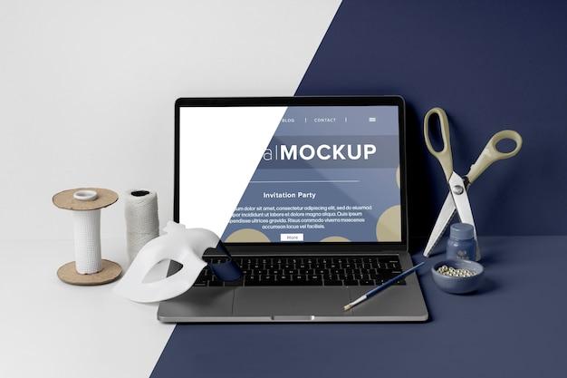 Вид спереди минималистичного карнавального макета с ножницами и ноутбуком Premium Psd