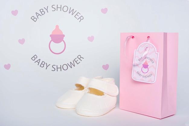 ベビーシャワーの靴とピンクのギフトバッグの正面図 無料 Psd