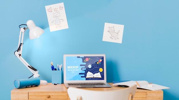 ノートパソコンと学校の机の正面図 無料 Psd