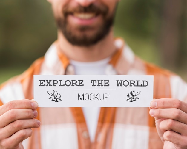 캠핑하는 동안 종이 한 장을 들고 웃는 남자의 전면보기 무료 PSD 파일
