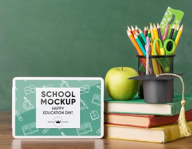 教育の日の学校の必需品を備えたタブレットの正面図 Premium Psd