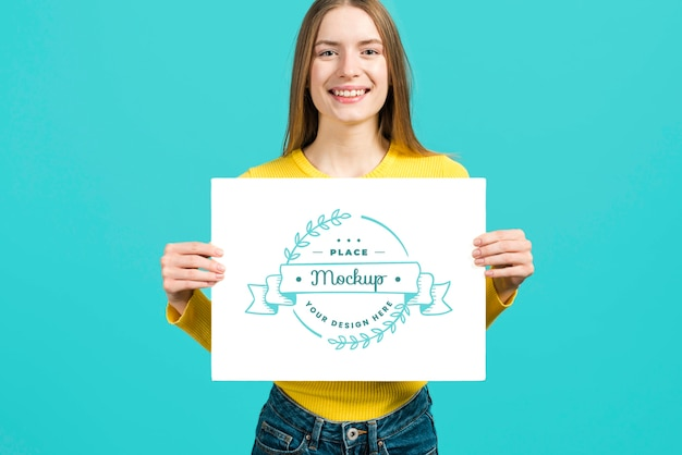 Вид спереди женщины, держащей макет карты канцелярских товаров Premium Psd