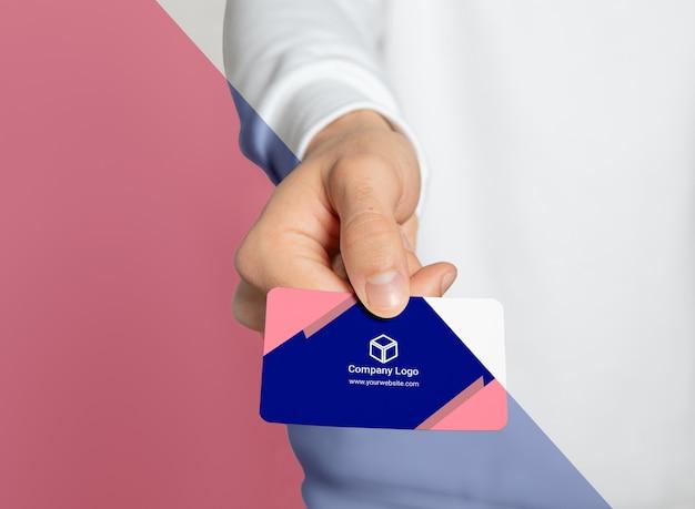 Вид спереди женщины, держащей визитную карточку Premium Psd