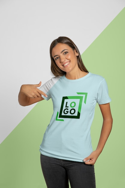 彼女が着ているtシャツを指す女性の正面図 無料 Psd