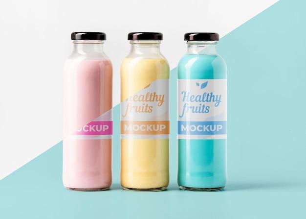 Vista frontale della selezione di bottiglie di succo trasparente Psd Gratuite