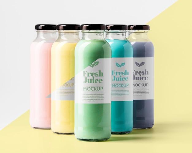 Vista frontale della selezione di bottiglie di succo trasparenti Psd Gratuite