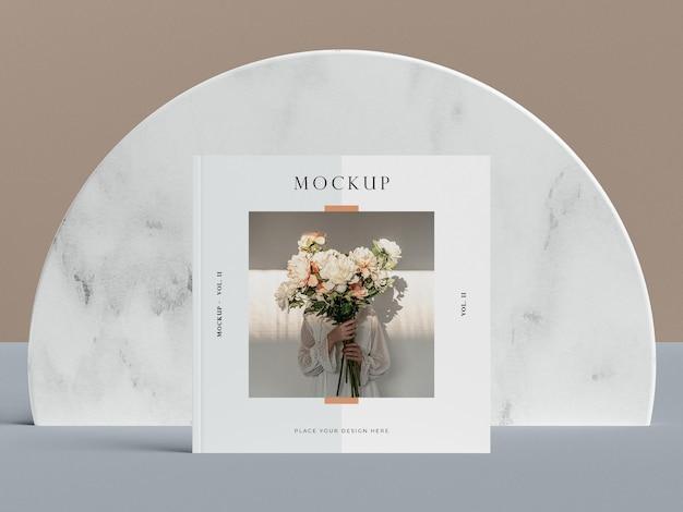 女性編集雑誌のモックアップ付きの正面の正方形のカバー Premium Psd