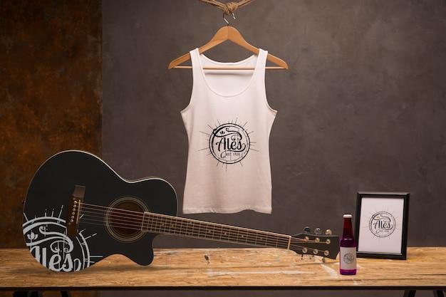 기타와 맥주와 함께 전면보기 흰색 티셔츠 무료 PSD 파일