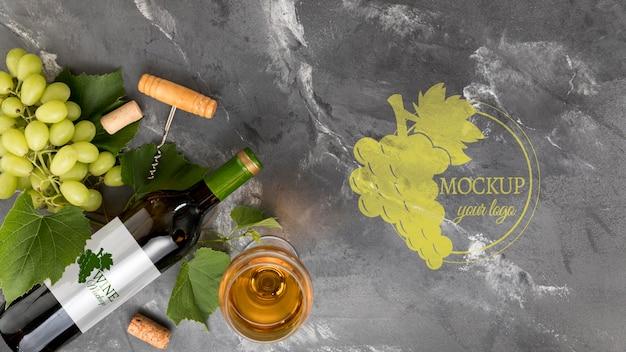 Бутылка вина и виноград, вид спереди с копией пространства Бесплатные Psd