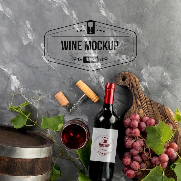 Винные бутылки и бокал с виноградом, вид спереди Бесплатные Psd