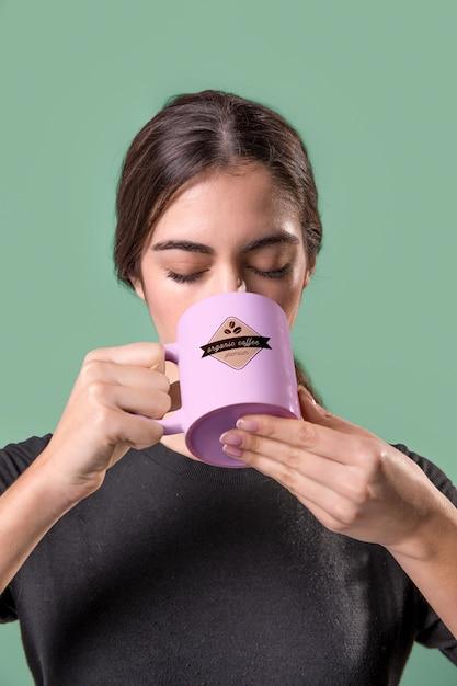 ピンクのマグカップを持つ正面女性 無料 Psd