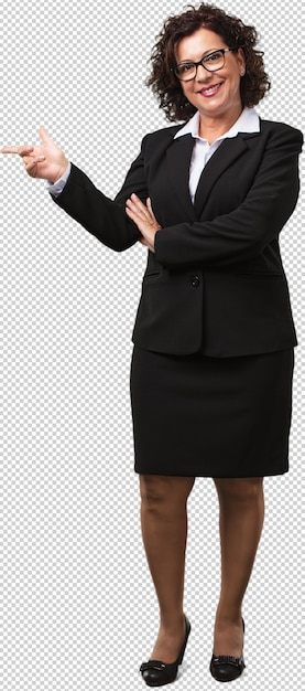 Full body middle age business woman pointing to the side, smiling surprised presenting something, natural and casual Premium Psd