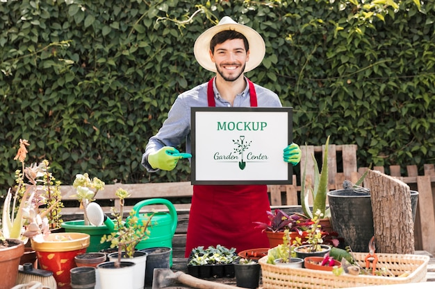 Садовник держит макет знак Бесплатные Psd